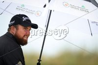 2018 Dubai Duty Free Irish Open, Ballyliffin Golf Club, Co. Donegal 8/7/2018. Shane Lowry shields himself from the rain on the 10th . Mandatory Credit ©INPHO/Oisin Keniry